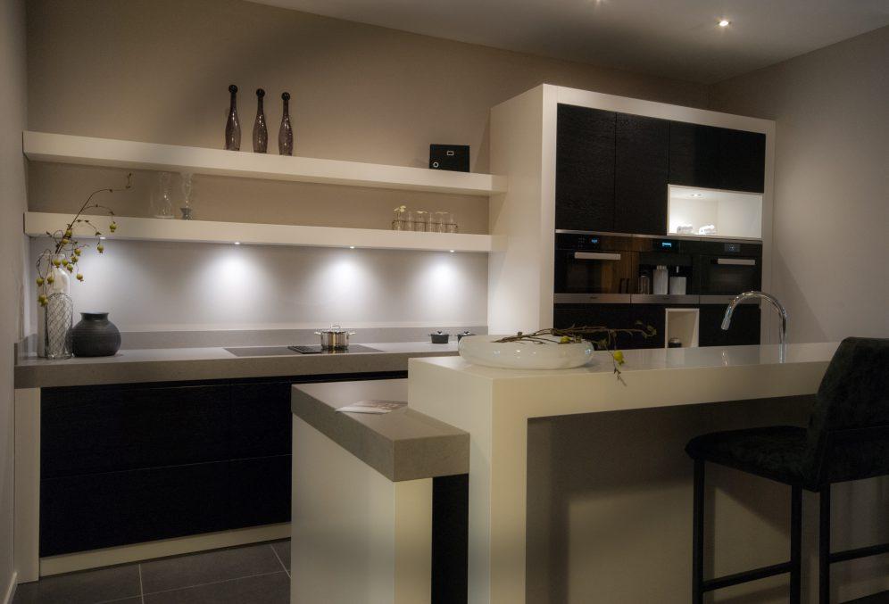 Landelijk moderne keuken in zwart wit