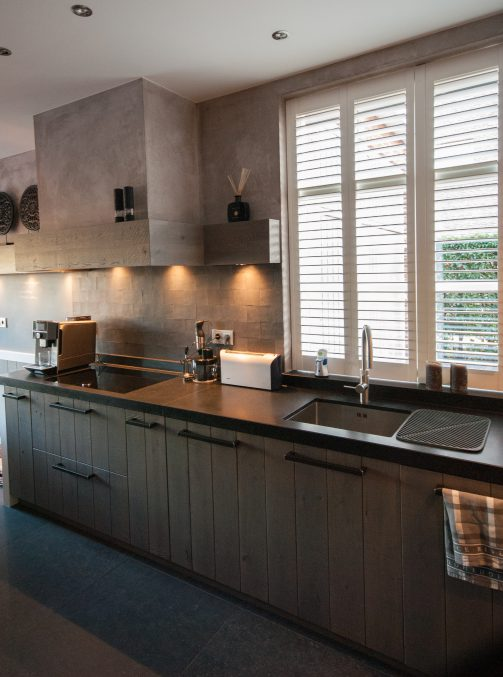 vergrijsd houten keuken